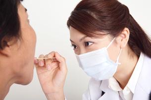 診察をする女医の写真素材 [FYI01996711]