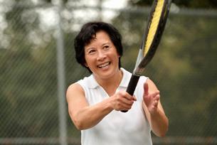 Asian woman playing tennisの写真素材 [FYI01996732]