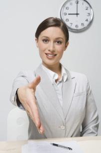 Businesswoman extending hand to shakeの写真素材 [FYI01996761]