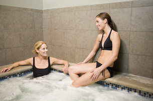 Two women sitting in hot tubの写真素材 [FYI01996770]
