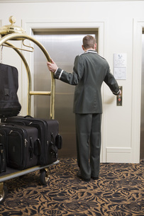 Bellhop with luggage cart waitingの写真素材 [FYI01996774]