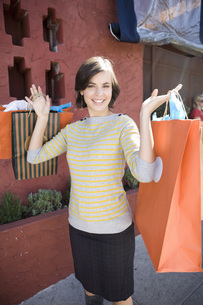 Woman holding shopping bagsの写真素材 [FYI01996781]