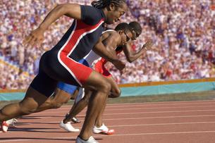 Runners racing on outdoor trackの写真素材 [FYI01996788]