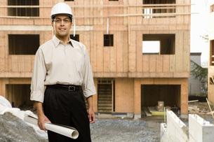 Male architect wearing hard hatの写真素材 [FYI01996798]