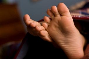 Close up of bare feetの写真素材 [FYI01996808]