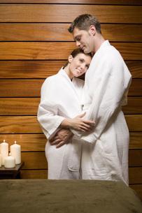 Couple in bathrobes huggingの写真素材 [FYI01996839]
