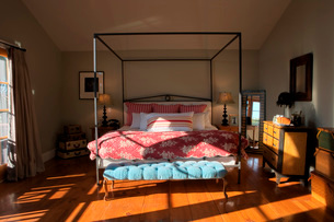 Iron Bed with Pink Comforterの写真素材 [FYI01996845]