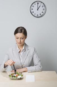 Businesswoman eating saladの写真素材 [FYI01996861]