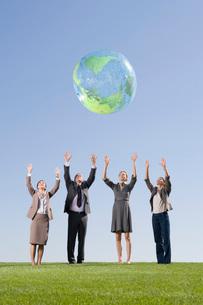 Businesspeople playing with globe ballの写真素材 [FYI01996865]