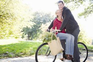 Couple riding same bicycleの写真素材 [FYI01996866]