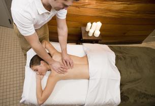 Woman receiving massageの写真素材 [FYI01996919]