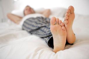 Relaxed man's feetの写真素材 [FYI01996921]