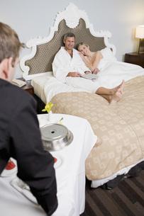 Couple getting hotel room serviceの写真素材 [FYI01996932]