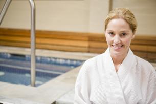 Woman in bathrobe next to hot tubの写真素材 [FYI01996947]