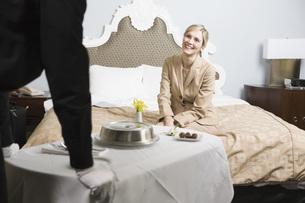 Businesswoman getting hotel room serviceの写真素材 [FYI01996952]