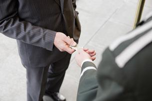 Businessman tipping bellhopの写真素材 [FYI01996982]