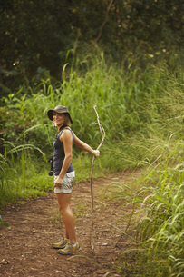 Woman hiking with stickの写真素材 [FYI01996990]
