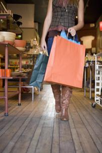 Woman carrying shopping bagsの写真素材 [FYI01997000]