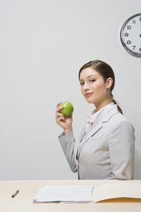 Businesswoman holding appleの写真素材 [FYI01997010]