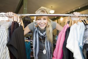 Woman shopping for clothingの写真素材 [FYI01997011]