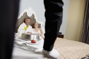 Couple getting hotel room serviceの写真素材 [FYI01997013]