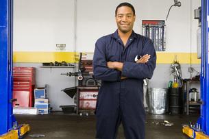male auto mechanic in shopの写真素材 [FYI01997067]