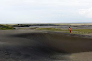 Woman running on sand dunesの写真素材 [FYI01997083]
