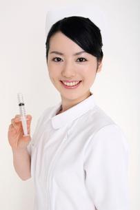注射器を持つ看護師の写真素材 [FYI01997112]