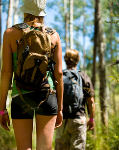Couple hiking on forest trailの写真素材 [FYI01997116]