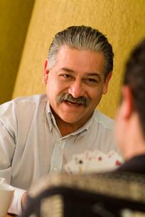 Hispanic men playing cardsの写真素材 [FYI01997145]