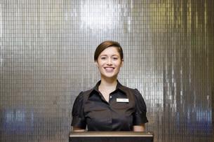 Female hotel front desk clerkの写真素材 [FYI01997146]