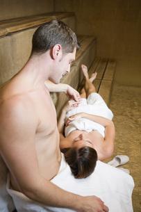 Woman resting head on boyfriend's lapの写真素材 [FYI01997149]
