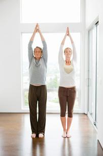 Couple standing in yoga poseの写真素材 [FYI01997163]