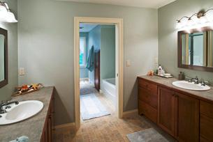 Modern bathroom with double sinksの写真素材 [FYI01997166]