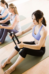 Women in exercise class using resistance equipmentの写真素材 [FYI01997172]
