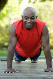 African man doing push-upsの写真素材 [FYI01997173]