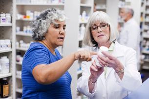 Pharmacist explaining medication to customerの写真素材 [FYI01997197]