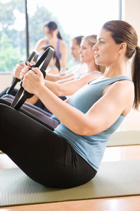 People in exercise class using resistance equipmentの写真素材 [FYI01997237]