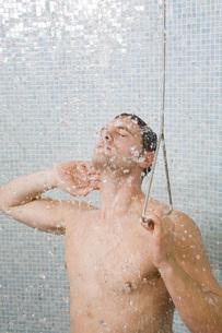 Man taking showerの写真素材 [FYI01997266]