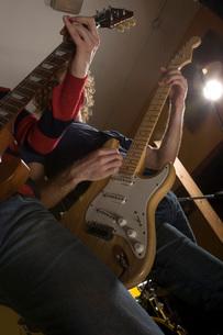 Guitarist playing in recording studioの写真素材 [FYI01997281]