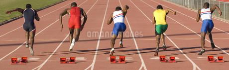 Runners racing on outdoor trackの写真素材 [FYI01997283]