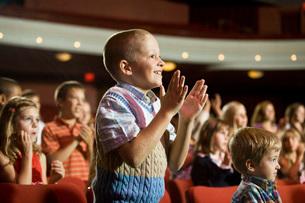 Boy giving standing ovationの写真素材 [FYI01997289]