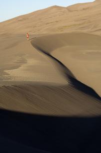 Woman running on sand dunesの写真素材 [FYI01997317]