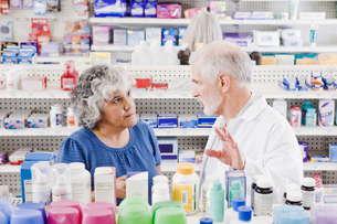 Pharmacist helping customer with over-the-counter productsの写真素材 [FYI01997322]