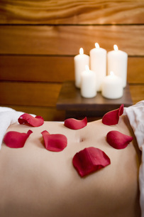 Rose petals on woman's stomachの写真素材 [FYI01997338]