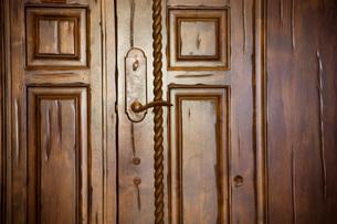 Large Wooden Door with Details and Brass Handleの写真素材 [FYI01997346]