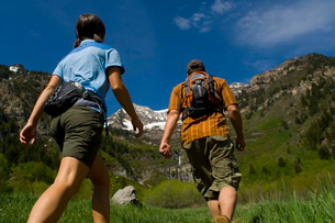 Couple hiking on mountain trailの写真素材 [FYI01997389]