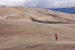 Person running on sand dunesの写真素材 [FYI01997399]