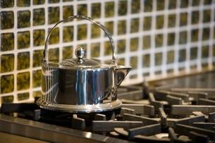 Metallic kettle on stoveの写真素材 [FYI01997410]