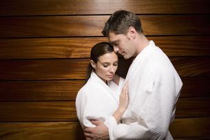 Couple in bathrobes huggingの写真素材 [FYI01997432]